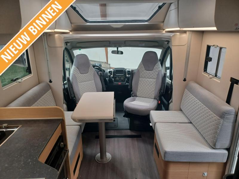 Adria Matrix Plus 670 DC Luxe hefbed camper. (90)