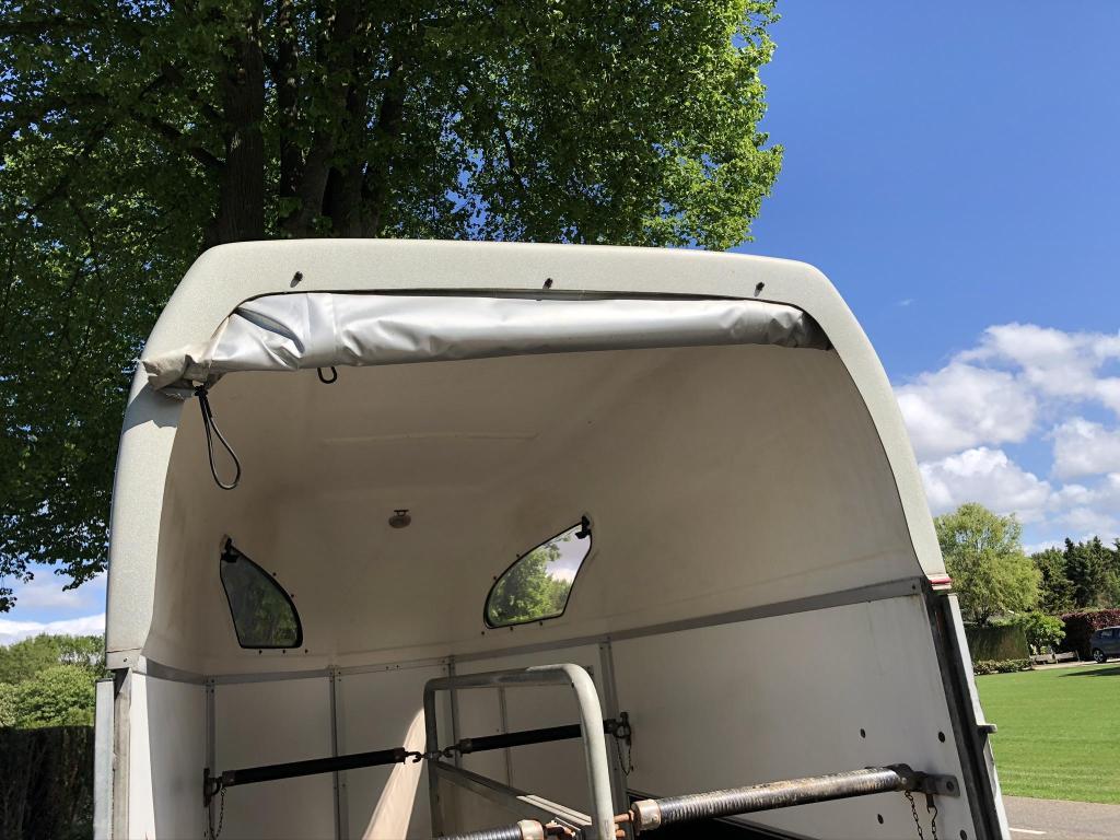 Atec twee paardstrailer trailer